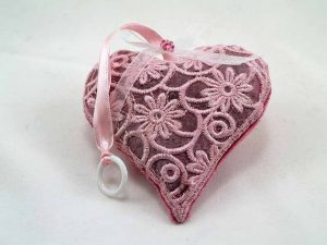 accessoires-de-maison-sachet-de-lavande-brode-un-coeur-16034572-15lav001-2-jpg-1f72f_570x0