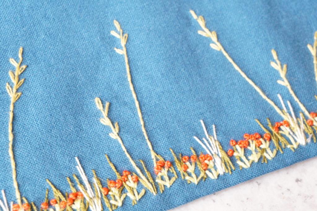 Echarpe tissu avec essais de broderie