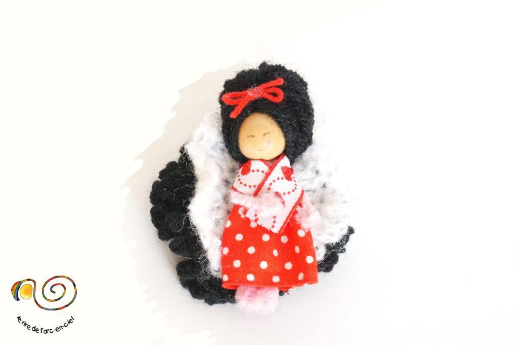Broche figurine, petite poupée en robe rouge
