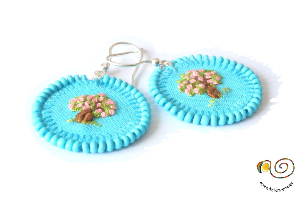 Boucles d'oreilles brodées bleues