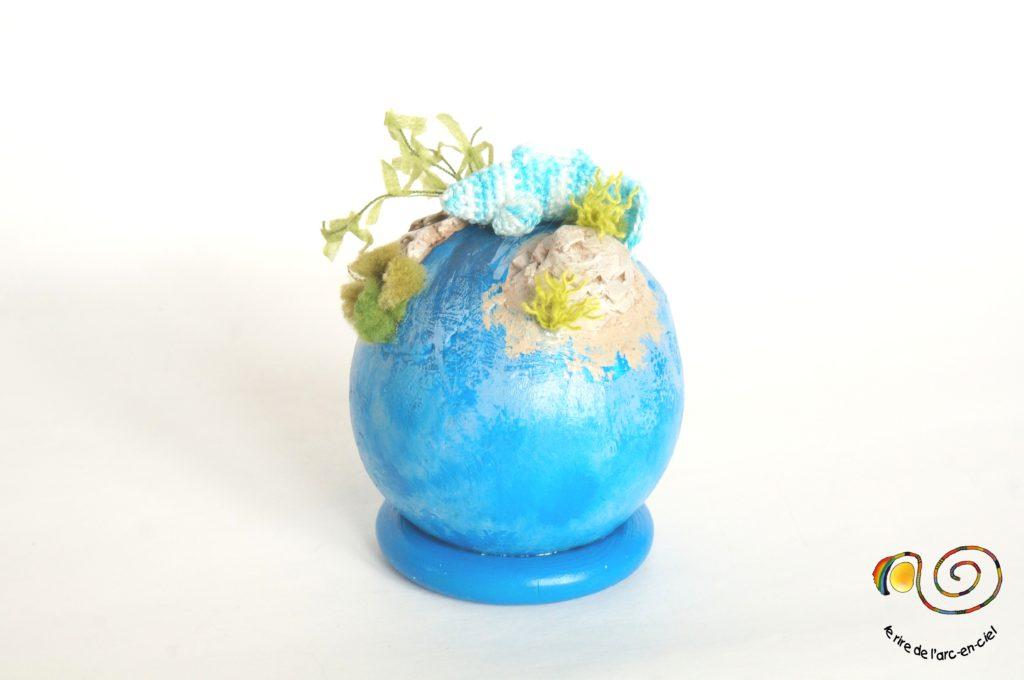 Petit monde miniature mer bleue et poisson