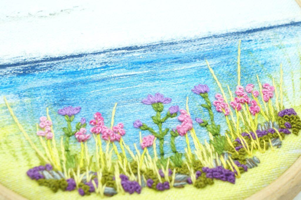 Paysage de bord de mer peint et brodé