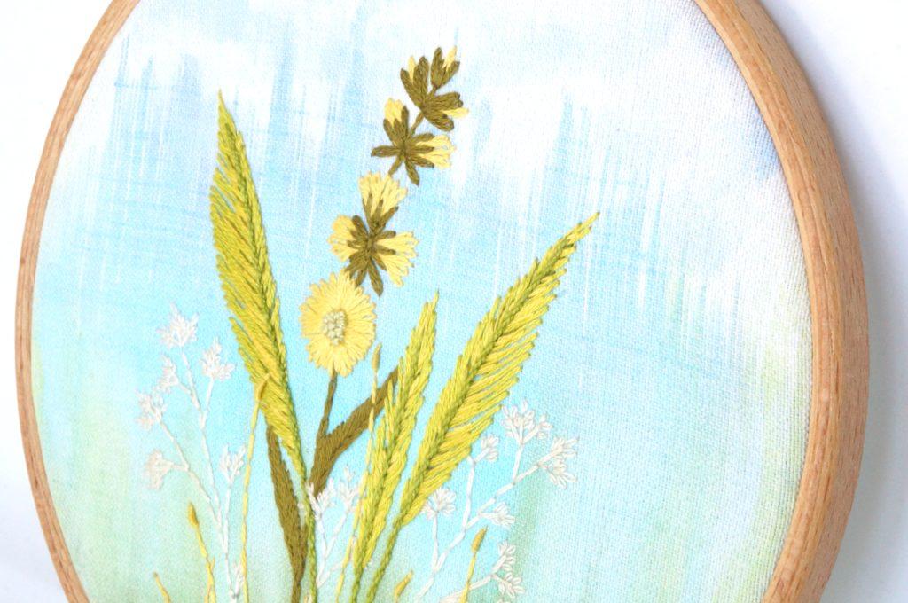 Broderie fleur jaune sur tige haute