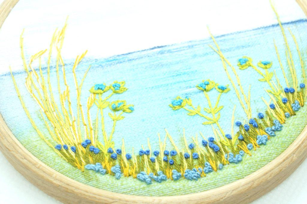 Broderie de fleurs bleues