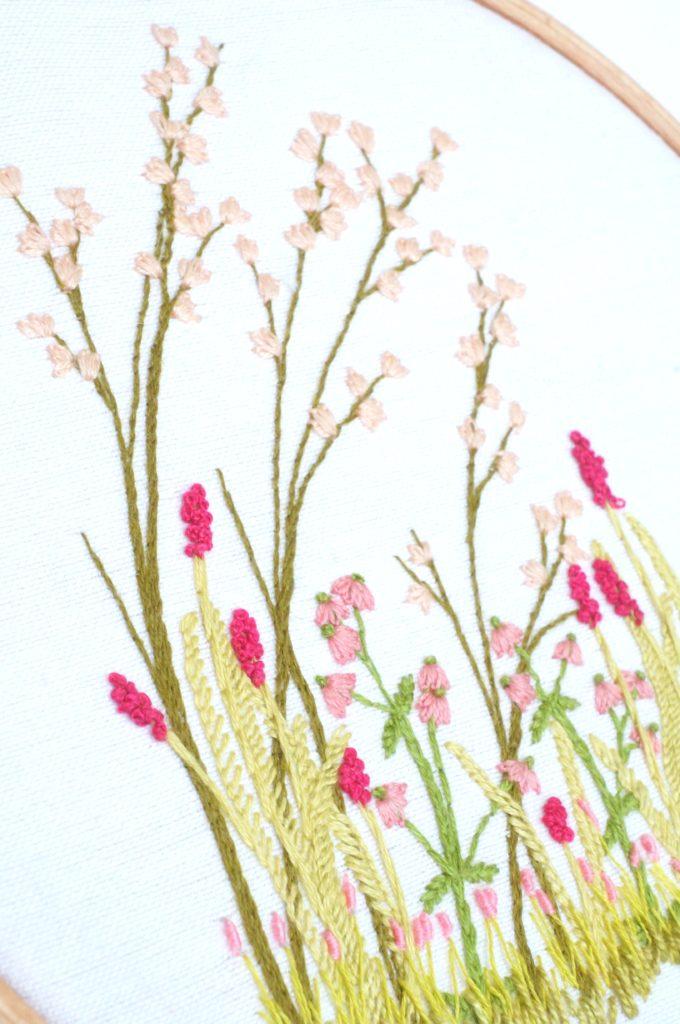 Broderie de fleurs roses