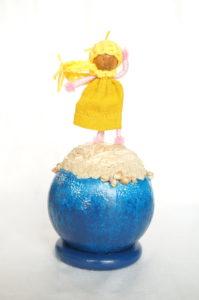 Objet décoratif avec planète miniature et personnage