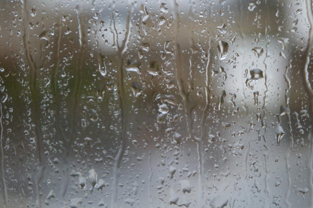 Gouttes d'eau sur la vitre