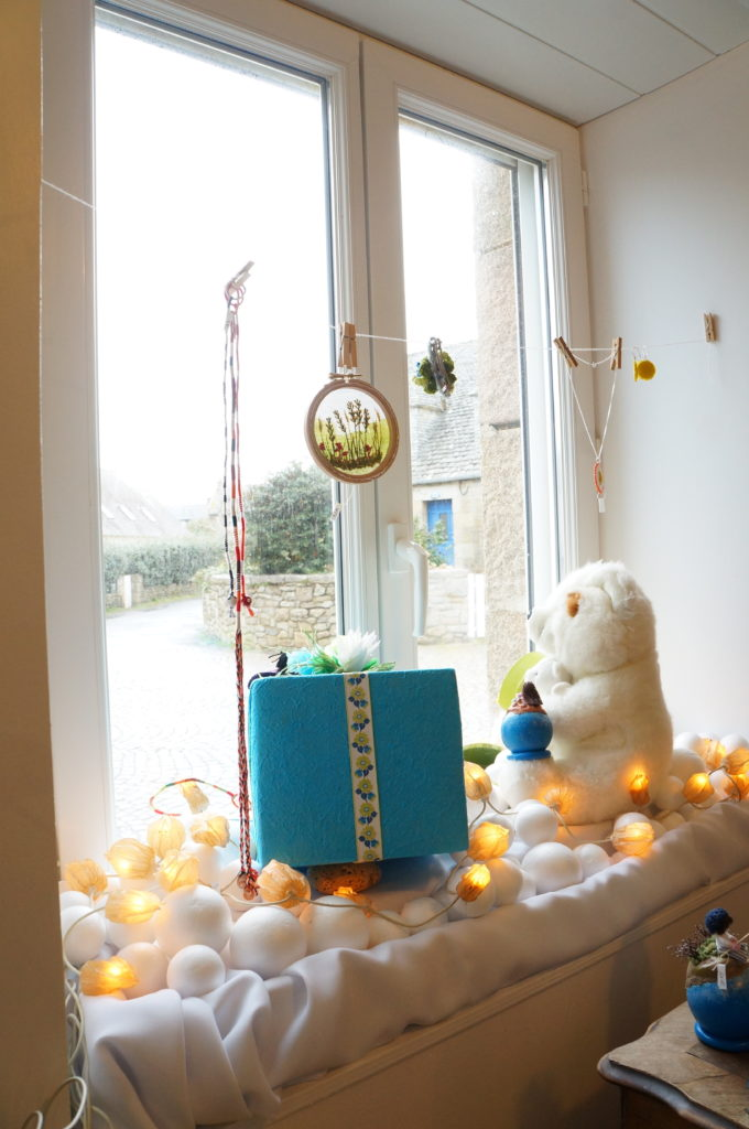 Vitrine de Noël vue de l'intérieur de la boutique