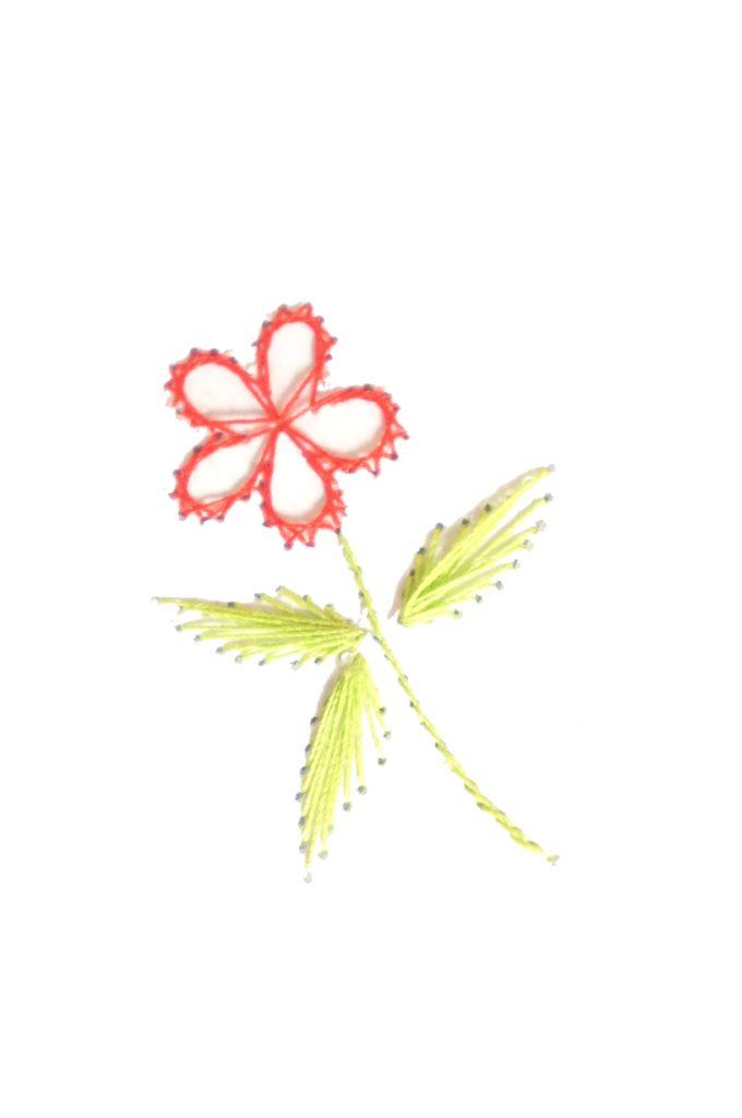 Broderie de fleur sur papier