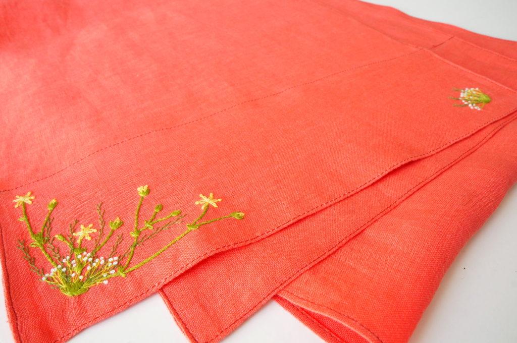 Broderie végétation printanière sur écharpe lin