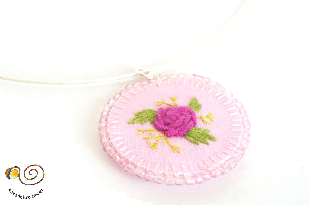 Collier avec pendentif rose brodée
