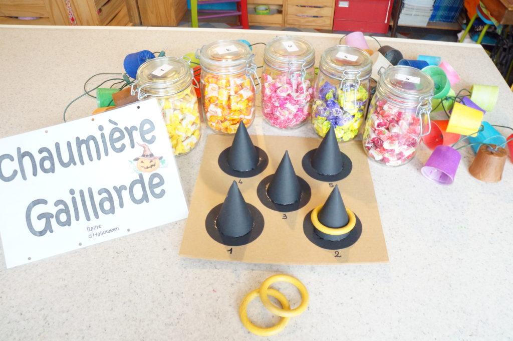 Préparation de la soirée d'Halloween, jeu, bonbons et guirlande